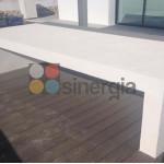 Bancada o mesa exterior en microcemento para chalet en Moraira